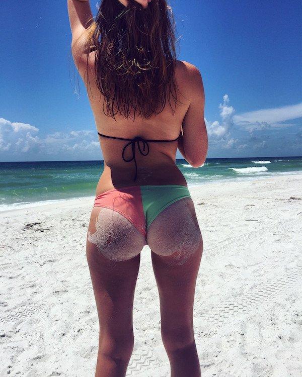 Sexy_girls_i_a_bikini_on_the_beach